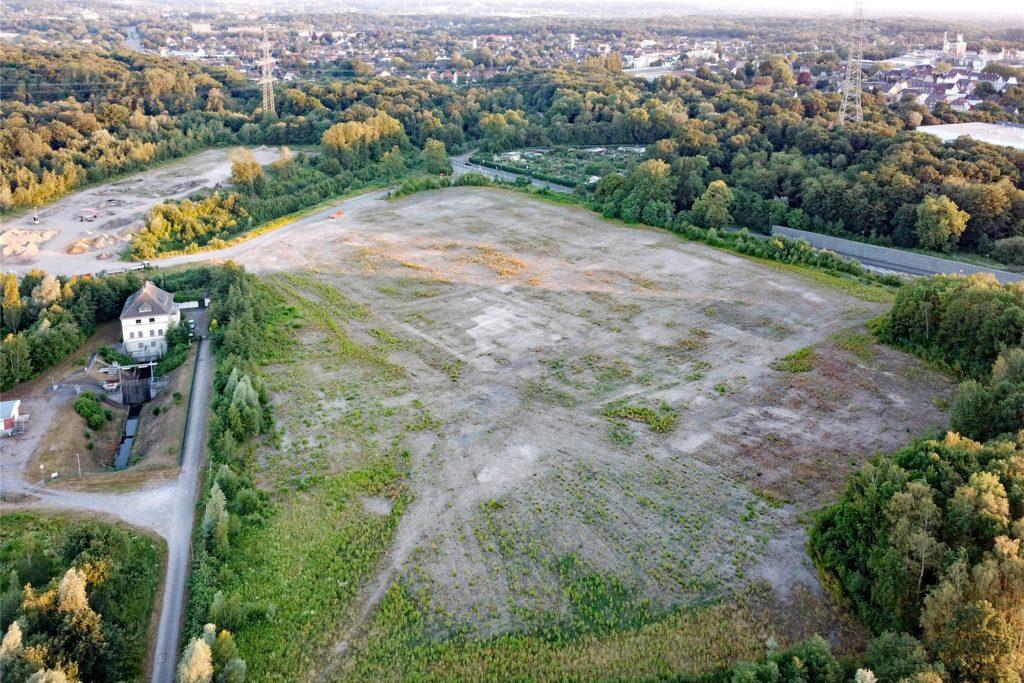 Links hinten im Bild ist der für den Sportplatz geplante Bereich der Fläche zu sehen. Im Bildvordergrund liegt der Bereich, auf dem Feuerwehrwache und Recyclinghof Platz finden sollen.