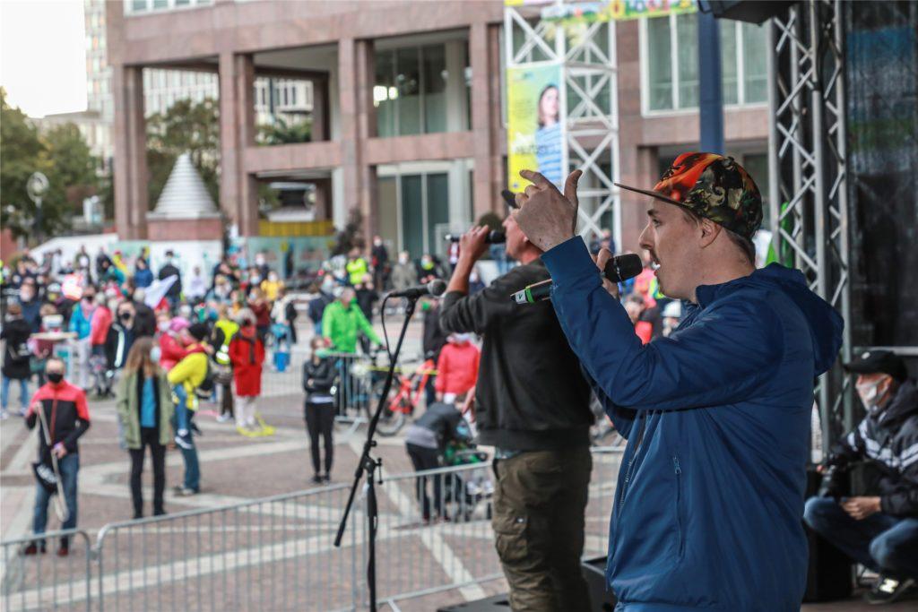 """Die Hamburger Hiphop-Formation """"Refugees"""" unterhielt die Demonstranten auf dem Friedensplatz."""