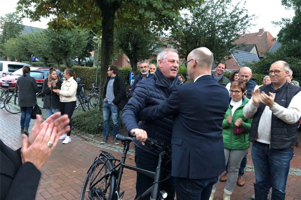 CDU-Kandidat Bernhard Laukötter nahm den neuen Bürgermeister Dieter Berkemeier in Empfang und gratulierte als erster.