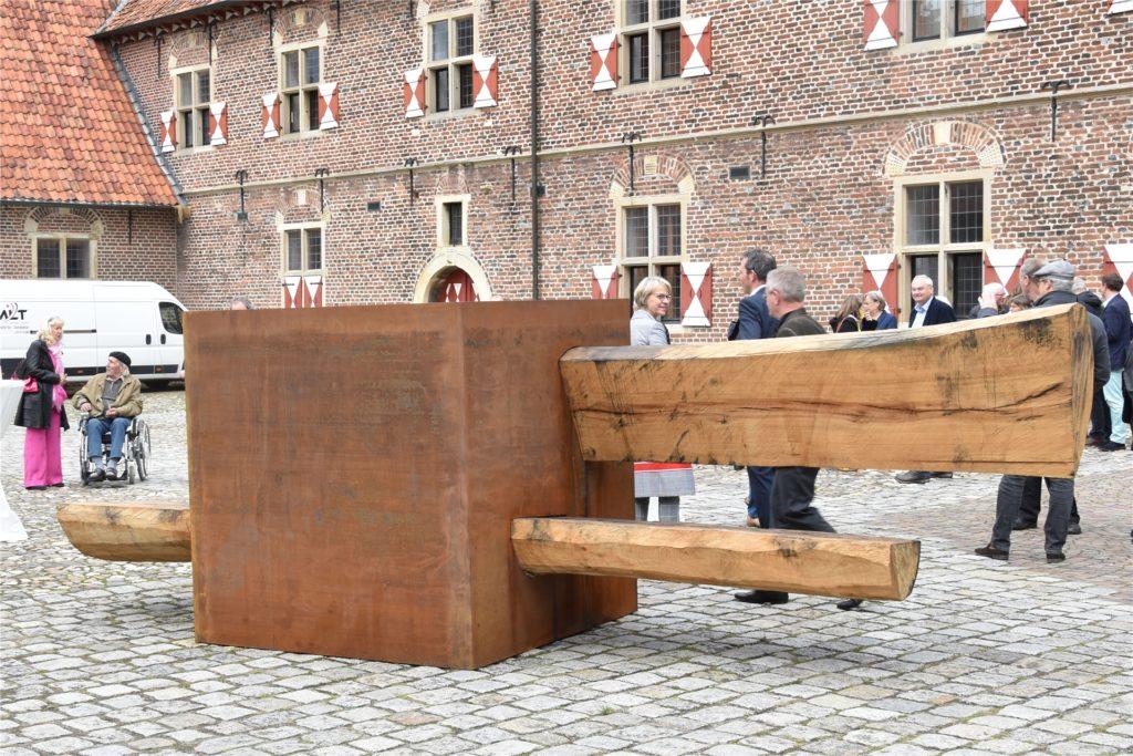 Der Cube auf dem Schloss-Innenhof war das erste Kunstwerk, das die Besucher der Ausstellungseröffnung wahrnahmen.