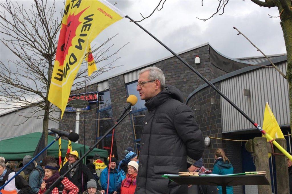 """Hartmut Liebermann, Sprecher von der BI """"Kein Atommüll in Ahaus"""" hier bei der großen Demo 2019, ruft dazu auf, dass sich Politiker und Verantwortliche schnell über die geologischen Strukturen vor Ort kundig machen sollen."""