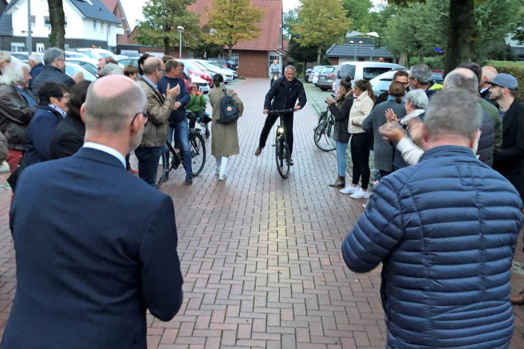 Mit dem Fahrrad kam Dieter Berkemeier zum Rathaus gefahren: Zuhause hatte er auf das Endergebnis gewartet. Die Menschen bildeten eine Gasse für den Wahlsieger.