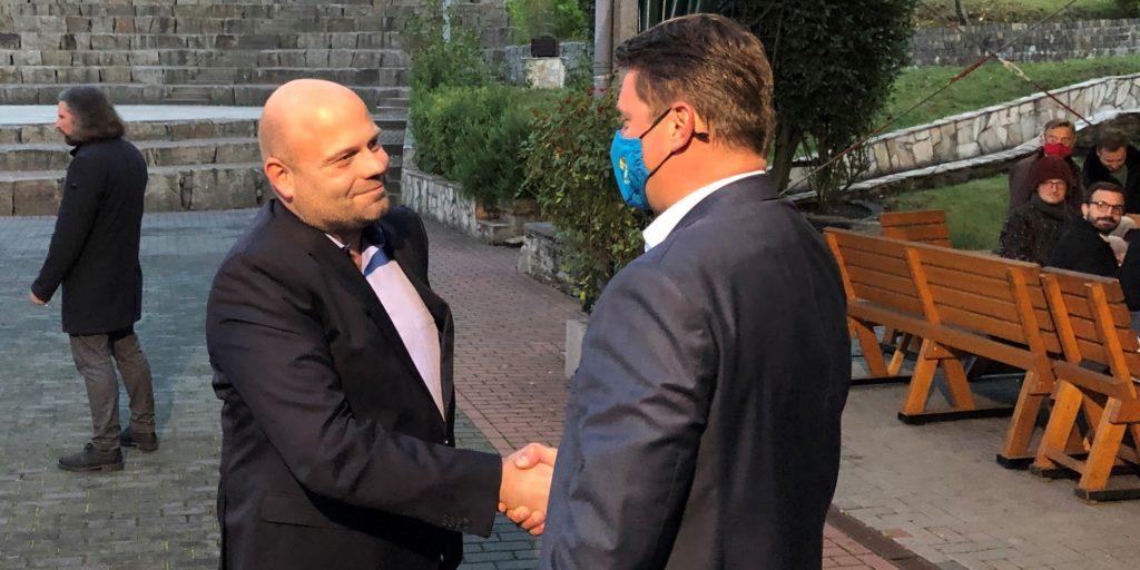 Der Herausforderer Oliver Lind (l.) gratuliert dem alten und neuen Bürgermeister Rajko Kravanja am Wahlabend in der Ickerner Agora. Er hatte keine Chance, weder im ersten Wahlgang noch bei der Stichwahl. Da gewann er nicht mal in den CDU-Hochburgen.