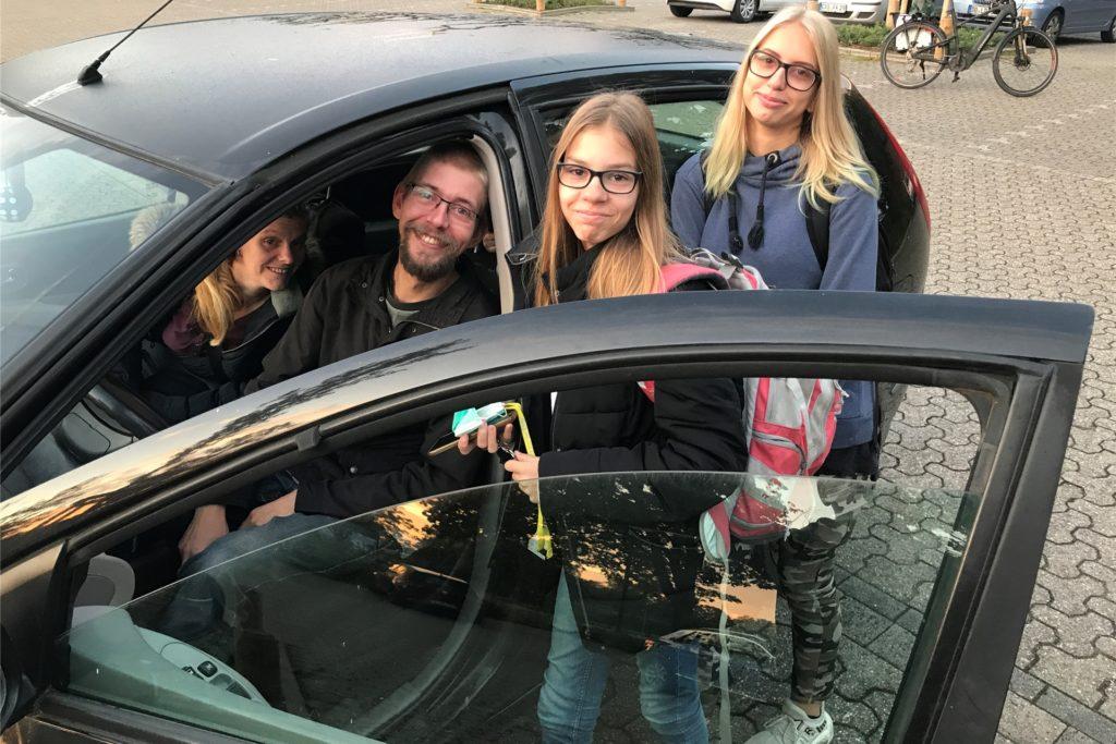 Elterntaxi Grieger/Elfert an der Willy-Brandt-Gesamtschule: Tamara und Samantha kamen aus Habinghorst heute nicht mit dem Bus, sondern mit Papa Markus im Auto.
