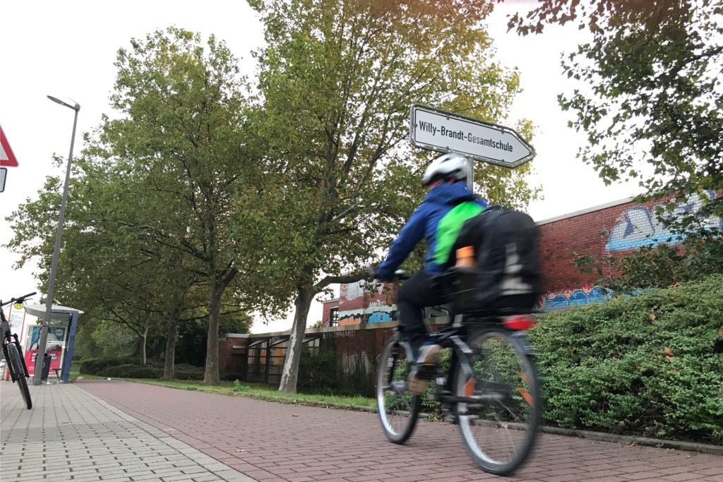 Einige Schüler stiegen aufs Fahrrad um, um zur Schule zu kommen.