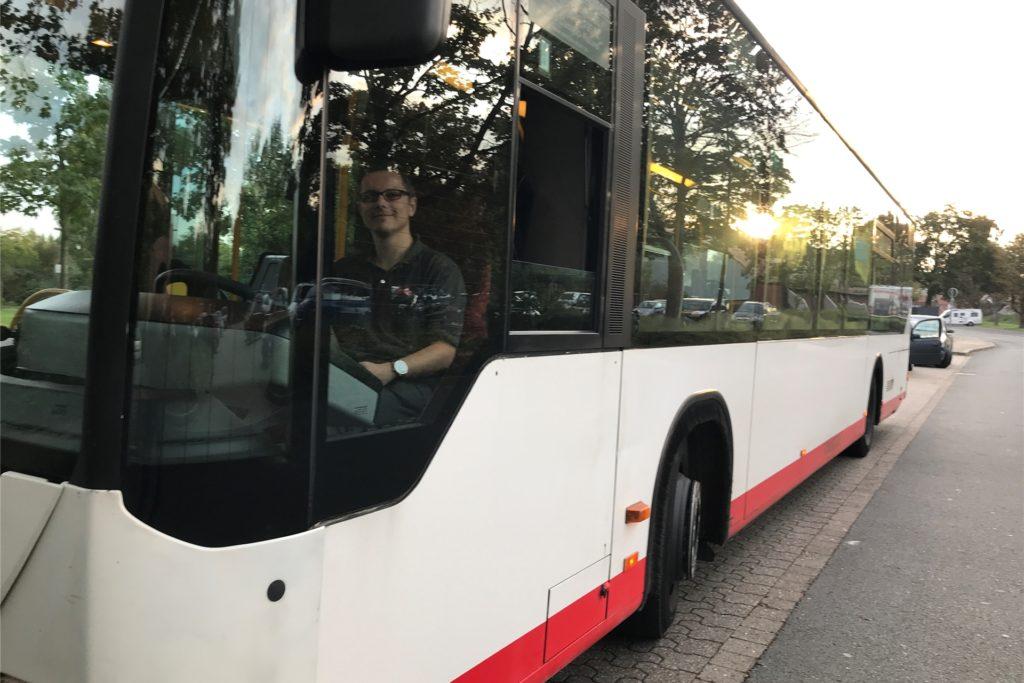 Justin Powietzka (23) ist Auszubildender als Busfahrer beim Busunternehmen Zeretzke. Er fuhr seine Schulbus- und Behinderten-Fahrten am Dienstagmorgen, denn er arbeitet nicht im öffentlichen Dienst. Er zeigt aber Verständnis für die Forderungen der Kollegen.