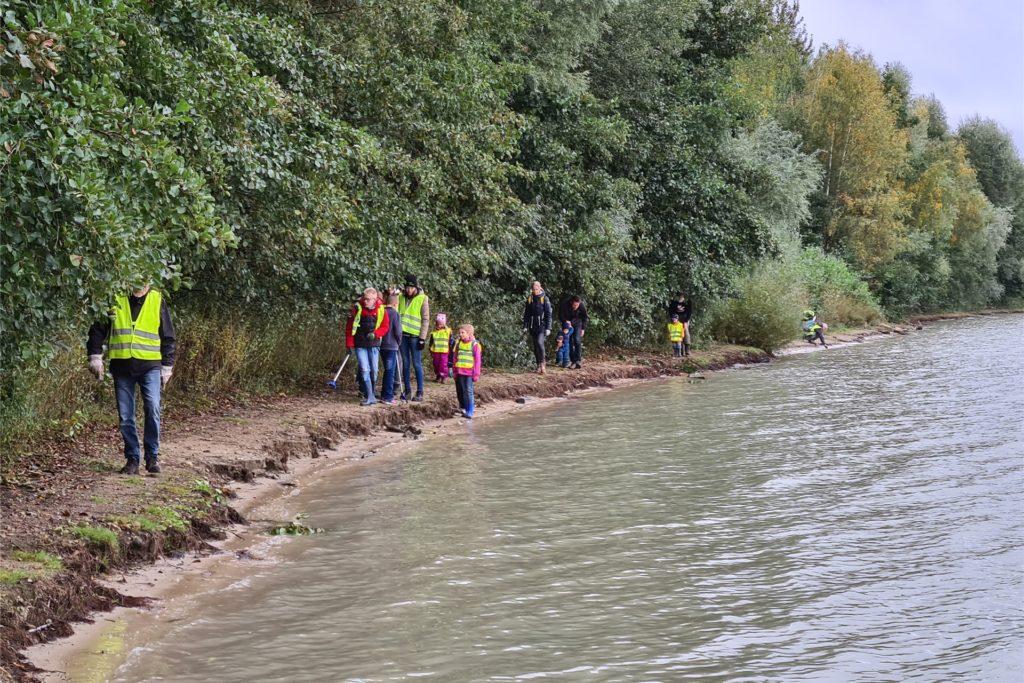 Die Gruppen aus Haltern und Coesfeld suchten gemeinsam das Ufer nach Unrat ab.
