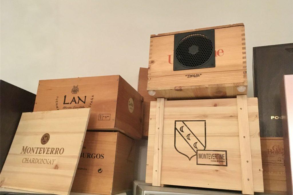 Die an zwei Stellen im Lokal in Weinkisten versteckte Anlage fällt kaum auf.