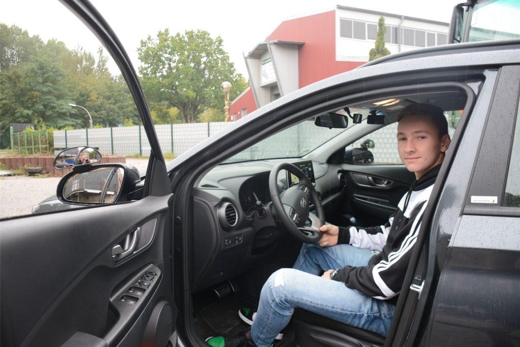 Fahrschüler Tom Wischnewski (17) fühlt sich in dem Elektro-Auto wohl.