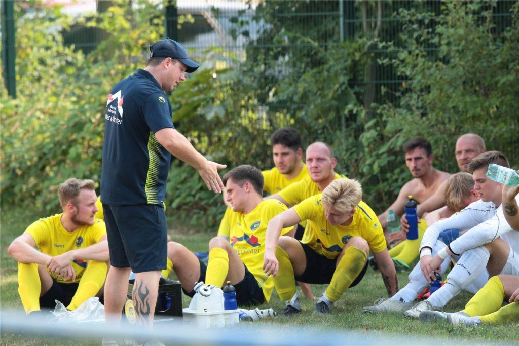 Schwerins Trainer Dennis Hasecke (vorn) achtet bei der Spielvorbereitung für sein Team auf für ihn wichtige Details.