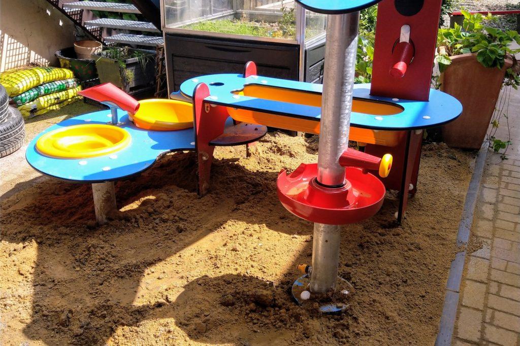 So sieht die neu angeschaffte Wasserspielstelle am Kinderspielhaus Phönix in Neuasseln aus