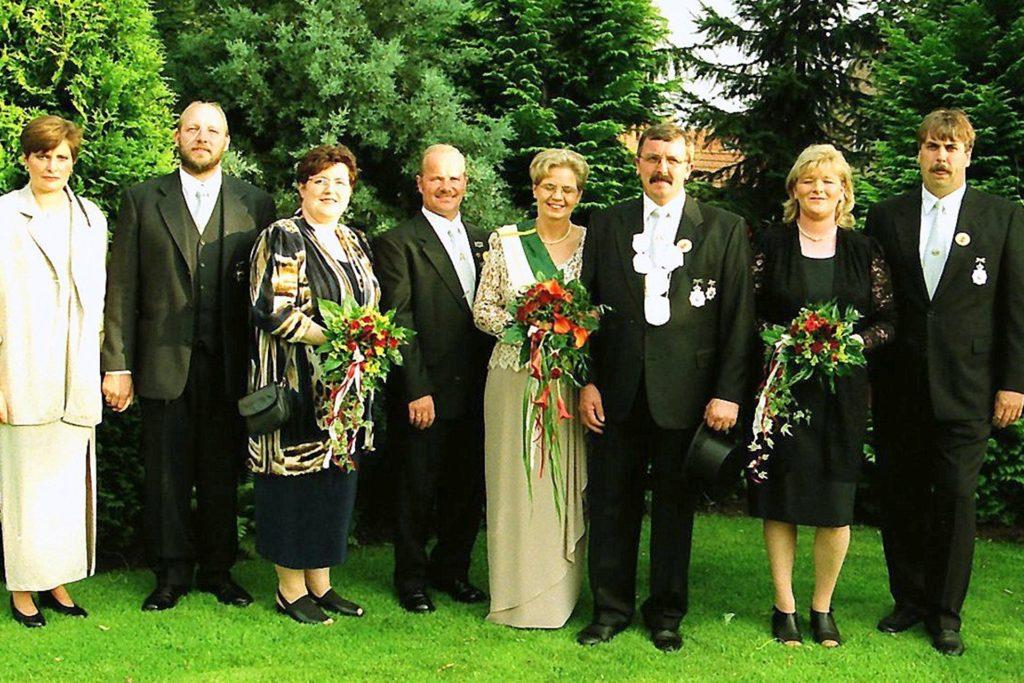 Orts-Kaiserthron, in der Mitte das Kaiserpaar Bernfried und Elisabeth Voss