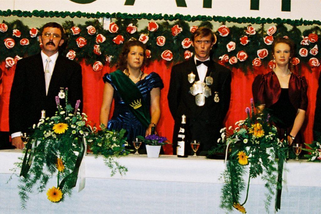 Kaiserthron, in der Mitte das Kaiserpaar Hans Mensing und Bianca Borgers