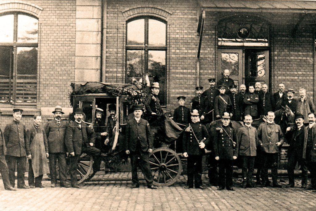 Mit Eröffnung der Eisenbahn Schwerte-Iserlohn verschwand die letzte Postkutsche aus dem Ruhrtal. Die Abschiedsfahrt am 30. September 1910 wurde vor dem Iserlohner Bahnhof mit einem Foto gefeiert.