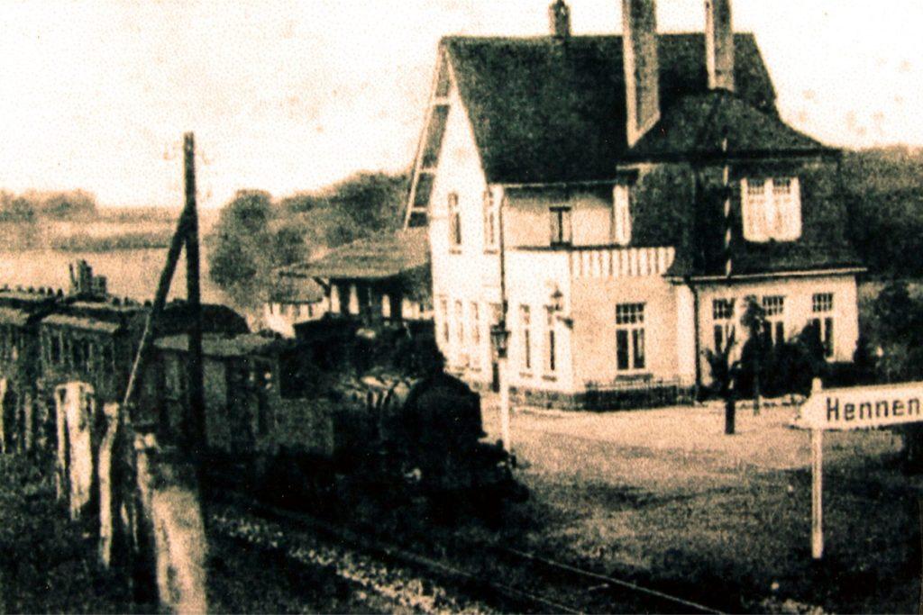 Ein Dampfzug stampft in den 30er Jahren durch den Bahnhof Hennen.