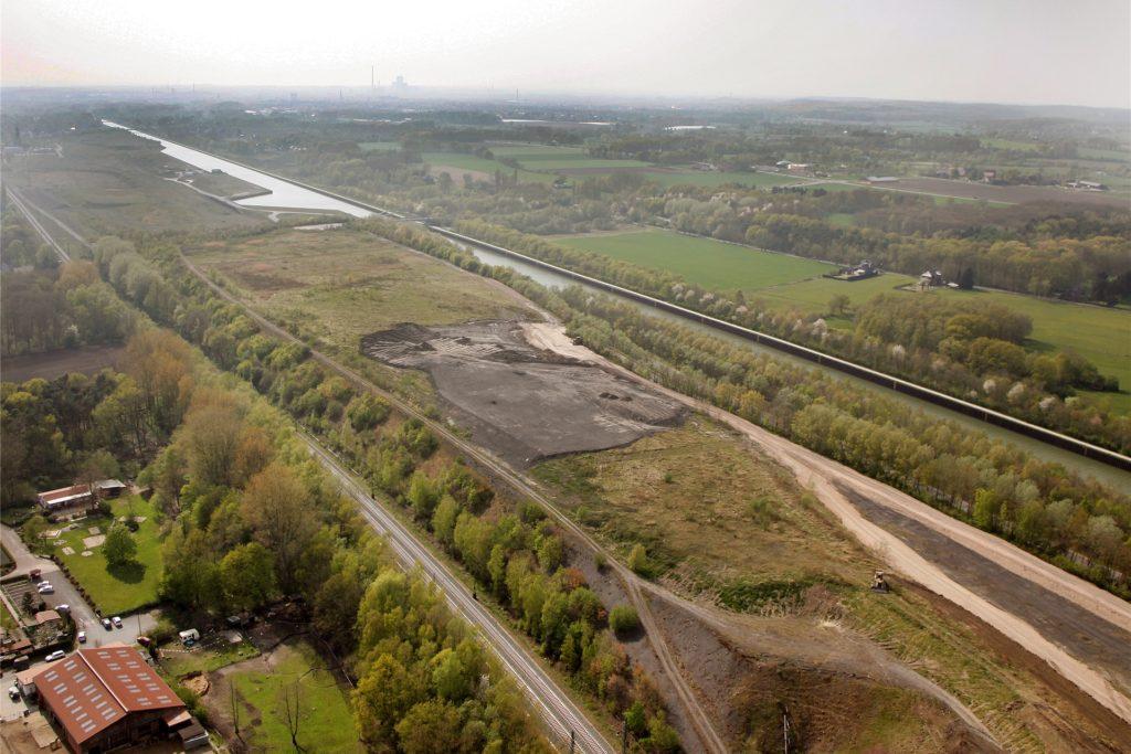 """Um diese Fläche geht es in Bergkamen vor allem: Die Halde zwischen Hamm-Osterfelder Bahn und Datteln-Hamm-Kanal soll zur """"Haldenlandschaft"""" am Kanal mit Möglichkeiten für Freizeitsport und für Spaziergänger werden."""