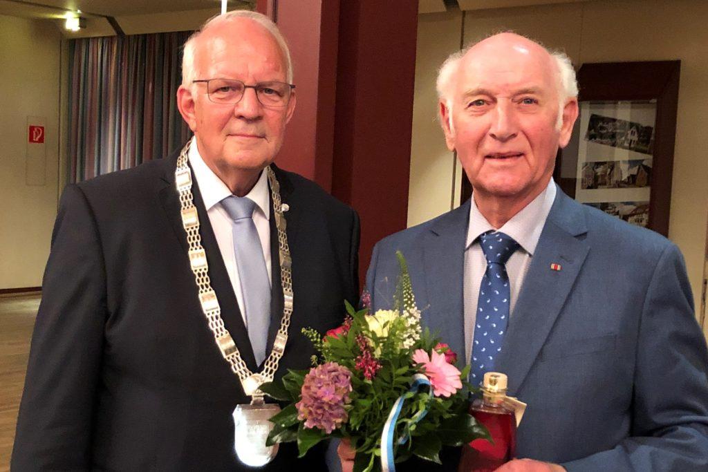 Bürgermeister Helmut Könning (links) würdigte ganz besonders die Verdienste von Franz-Josef Demes, der dem Rat der Stadt Stadtlohn über 45 Jahr lang angehörte.