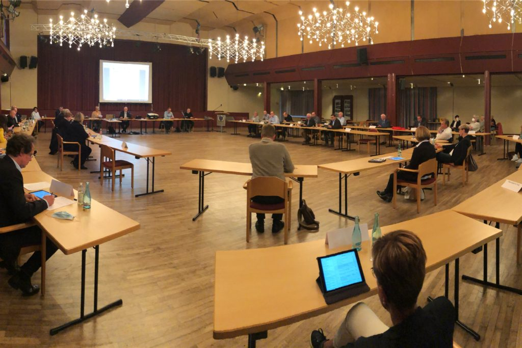 Auf Abstand: Wegen der Corona-Pandemie fand auch die letzte Sitzung des alten Rates nicht im Ratssaal, sondern in der Stadthalle statt.