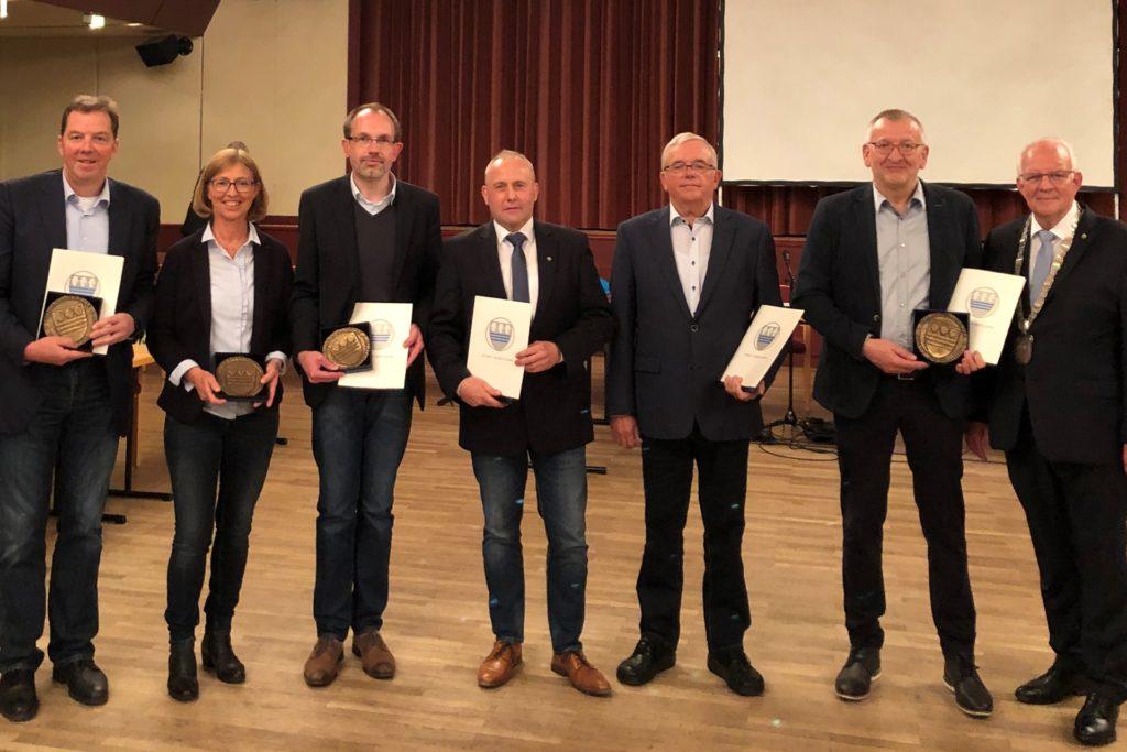 Für ihr mehr als 25-jähriges kommunalpolitisches Engagement erhielten eine Frau und fünf Männer die Stadtplakette der Stadt Stadtlohn für besondere Verdienste.