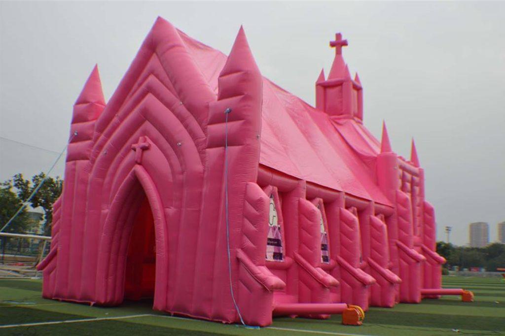 Die rosa aufblasbare Kirche ist noch im Rennen um den Titel