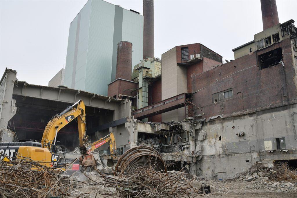 Die Abrissbagger arbeiten sich zu den großen Gebäuden vor.