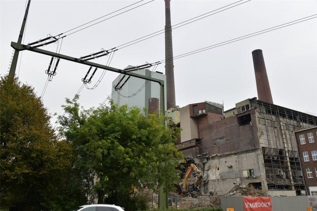 Neben den Leitungen verschwindet Stück für Stück das alte Kraftwerk an der Moltkestraße.