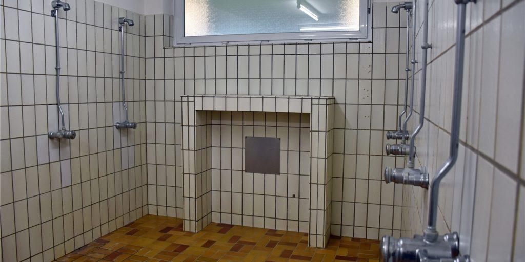 Der Duschraum in der Umkleidekabine des FC Germania Asbeck versprüht den Charme der 1970er-Jahre. Die Armaturen allerdings sind neueren Datums.