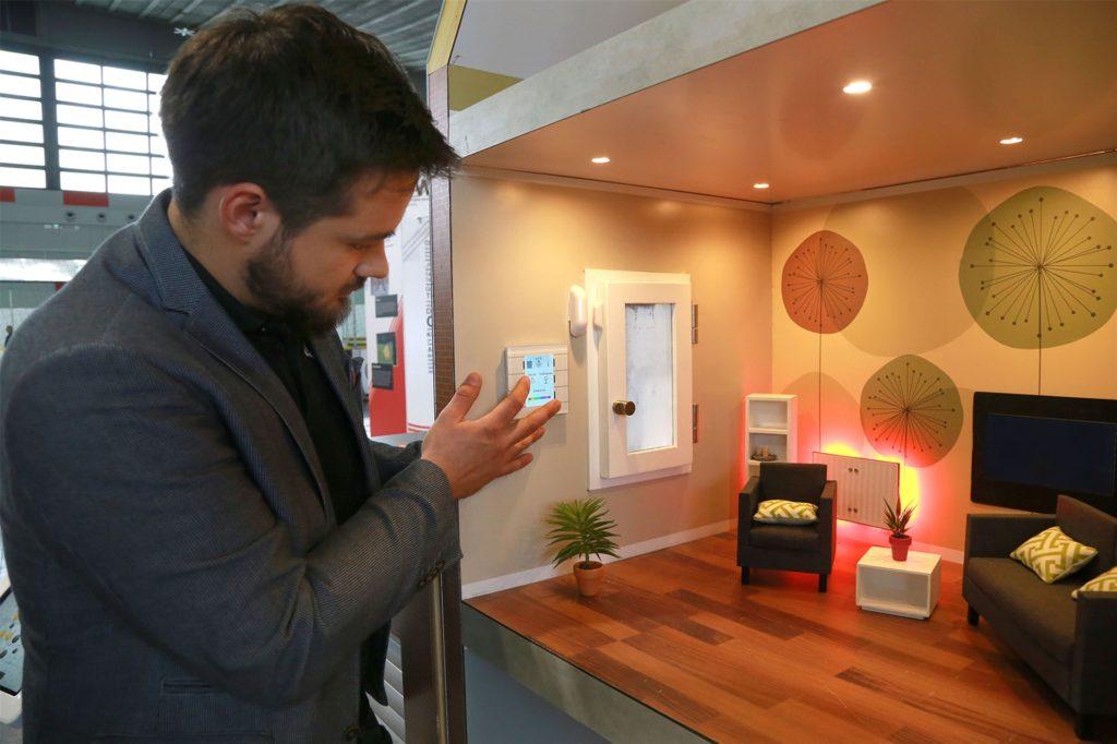 Bei der Smart Home Roadshow finden Besucher ein Musterhaus, das im Maßstab 1:6 abgebildet ist.