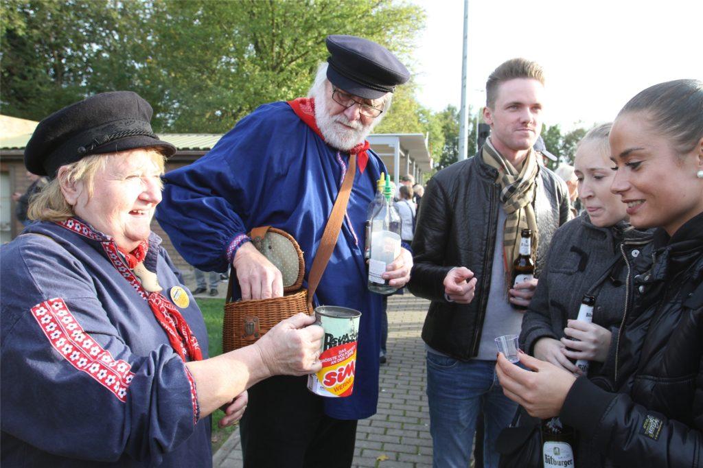 Heidelore Fertig-Möller und Gottfried Forstmann machen in ihrer Funktion als Vorstandsmitglieder des Verkehrsvereins Werbung für die Lippestadt.