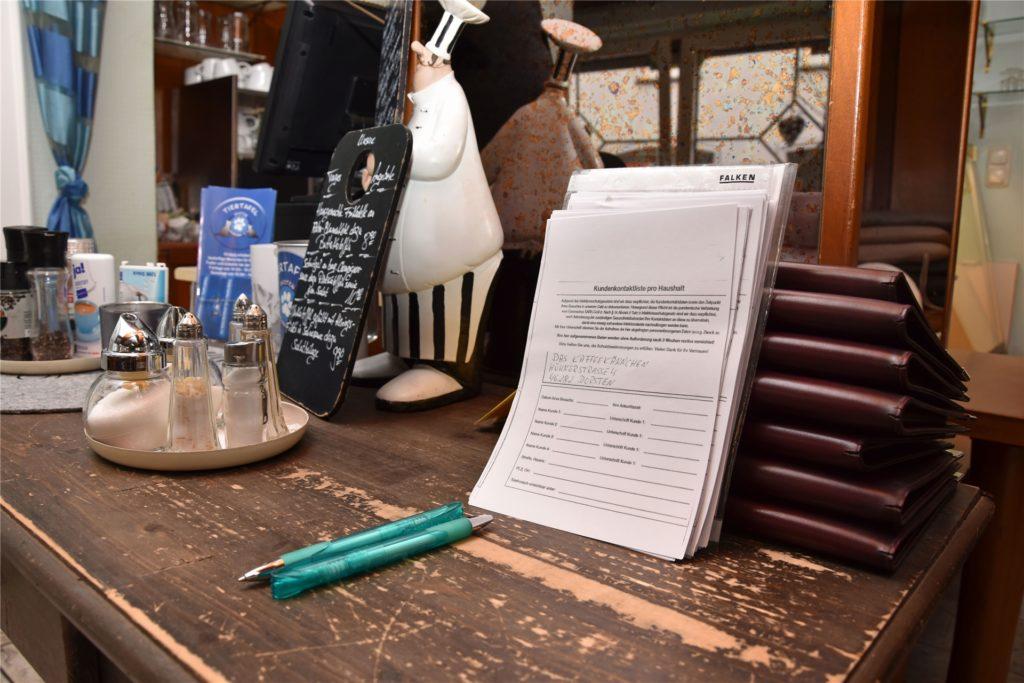 Die Gästelisten werden in den Restaurants in der Regel pro Tisch verteilt und nach dem Essen wieder eingesammelt.