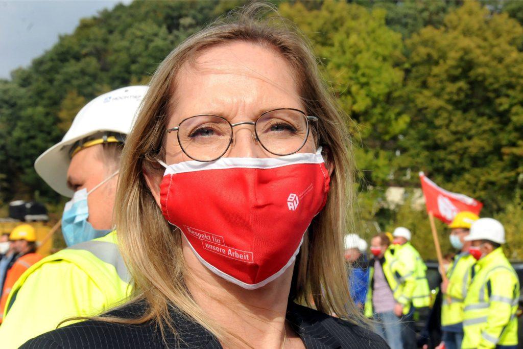 Verhandlungsführerin Nicole Simons (Frankfurt) sprach zu den Warnstreikenden an der Lennetalbrücke.