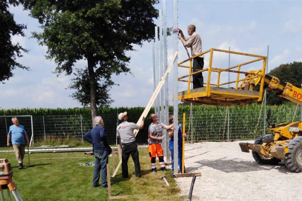 Hoch ging es hinaus bei den Arbeiten: Sechs Meter hoch ist der Zaun rund um den Soccerplatz.