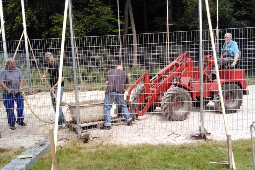 Bis zu 20 Leute waren zu den Arbeitseinsätzen im Waldstadion aktiv, um gemeinsam einen Soccerplatz für Asbeck zu bauen.