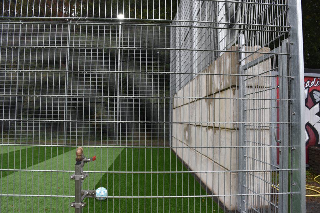 Sechs Meter hoch ist der Zaun rund um den Soccerplatz.