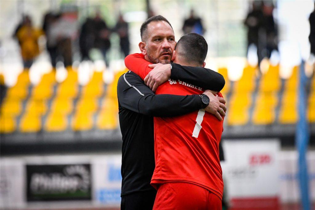 Bülent Kara (l.) umarmt seinen Halil Elitok. Der Trainer schwärmt von seinem Zehner.