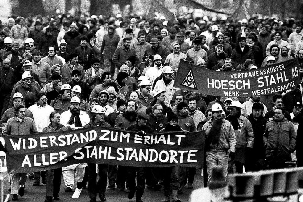 Dieses Foto einer Demonstration der Hoesch-Belegschaft entstand im Dezember 1987.