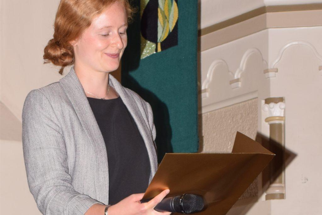 Moderatorin Anna Haverkamp verlas die Gewinner.