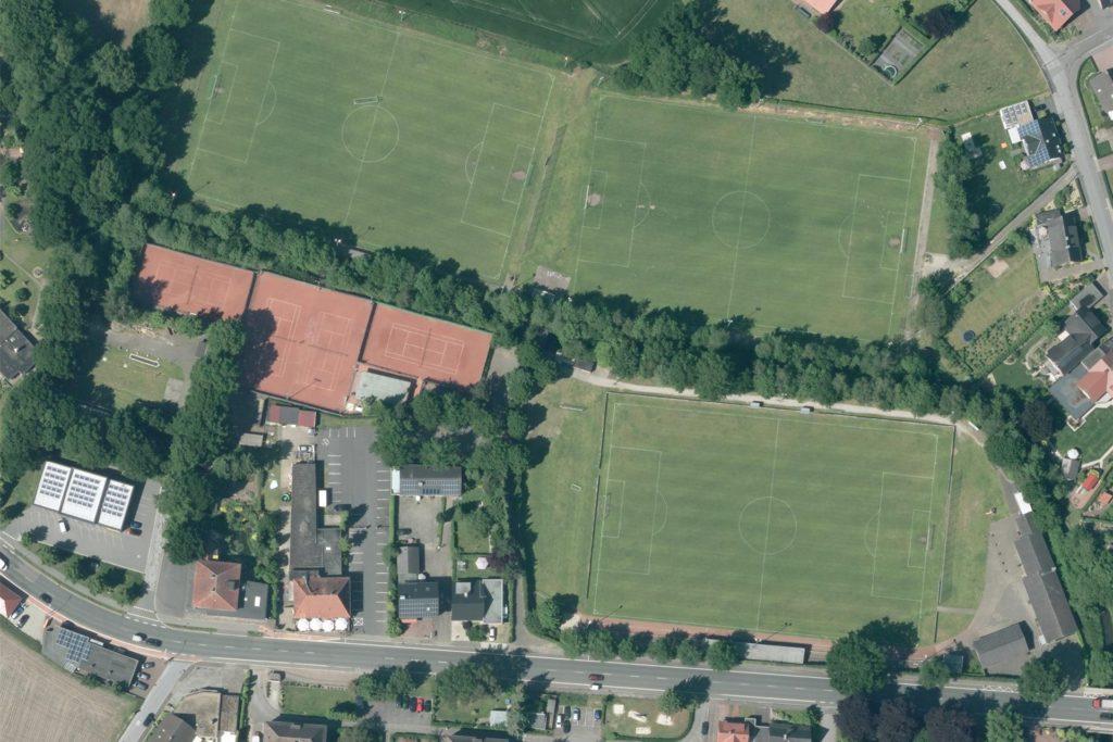 Ein Blick aus der Vogelperspektive auf das German-Windows-Grenzstadion in Oeding, darunter verläuft die Winterswyker Straße. Die geplante Parkfläche liegt zwischen dem untersten Platz und der Tennisanlage.