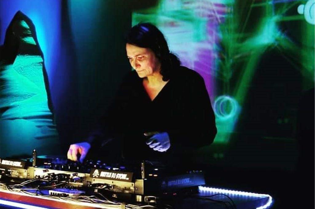 Peri Weiper ist DJane: Sie legt schon seit Jahrzehnten gern elektronische Musik auf.
