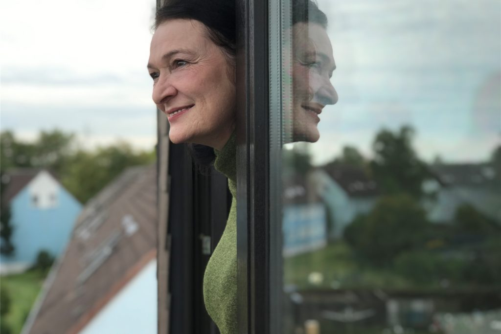 Peri Weiper in ihrer neuen Bleibe in Ickern-End: Sie schaut einerseits mit Sorge, aber auch mit Zuversicht in die Zukunft.