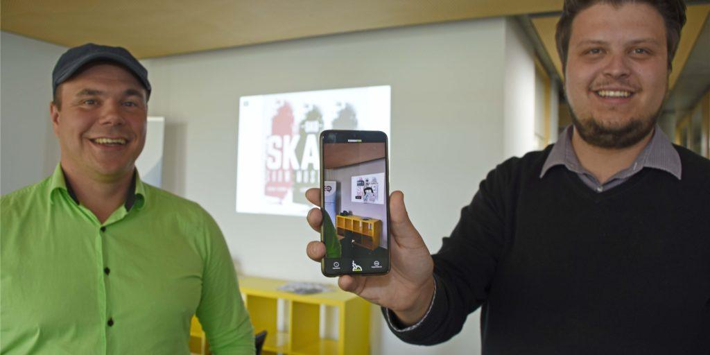 Thomas Gornas (l.) und Max Gust sind die Gründer des Start-ups Augmentlabs, das zurzeit einen virtuellen Gästeführer entwickelt.