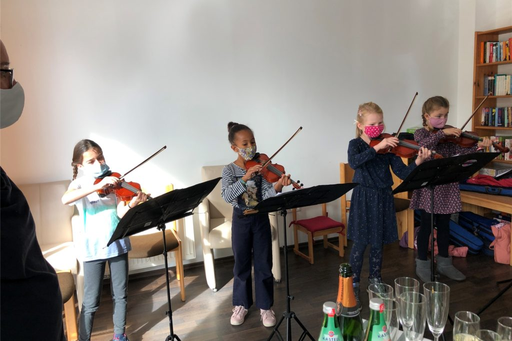 Vier Geigen-Kinder der Musikschule Dortmund unterstützten die Eröffnungsfeier musikalisch