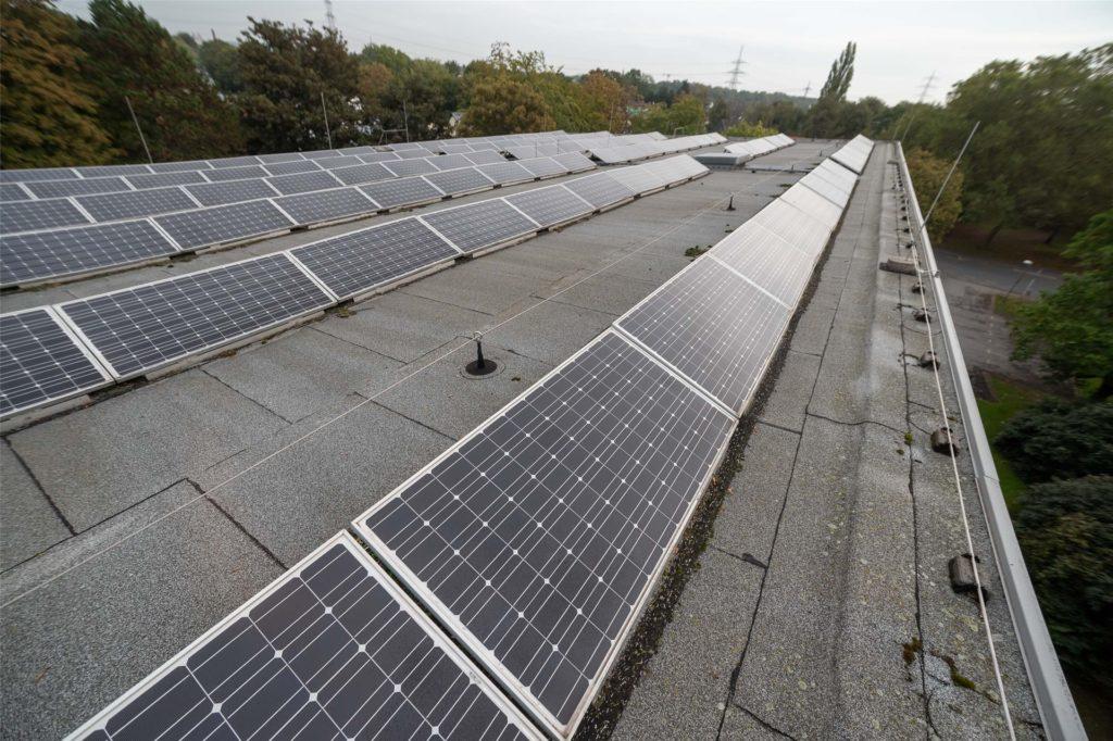 Die Solaranlage auf dem Dach liefert Strom für den Badbetrieb und für zwei E-Auto-Ladestationen vor dem Eingang