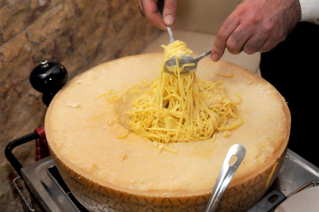 Besonders cremig schmecken die Pasta, wenn sie durch den geschmolzen Käse in der Vertiefung des Käserads gedreht werden.