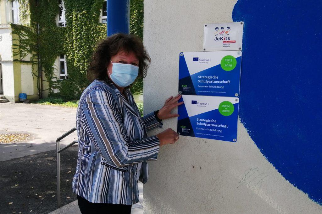 Beigeordnete Sylvia Engemann mit den beiden Schildern, die als sichtbares Zeichen für die