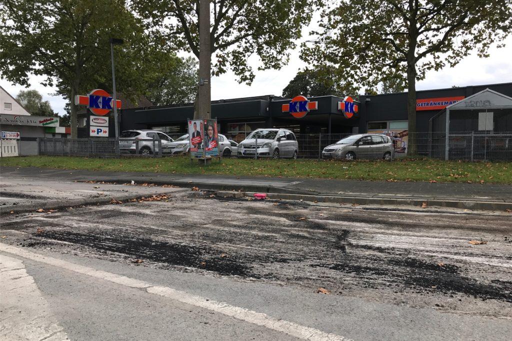 Vor dem K+K-Markt wird jetzt auch im Kreuzungsbereich die Fahrbahn saniert.