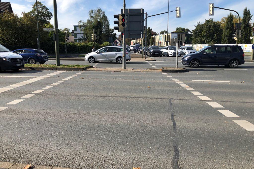 Drei Minuten braucht Claudia Varga um mit ihrem Fahrrad über diese Straße zu kommen. Wer an der Kreuzung zwei Straßen und die Ampeln der Seitenstraßen überqueren muss, kann schon mal 10 Minuten warten.
