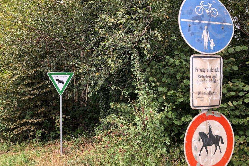 Gleich einen ganzen Schilderwald gibt es an diesem Eingang zum Kirchderner Wäldchen an der Straße Im Karrenberg