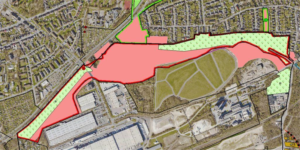 Auf diesem Luftbild sind das neue und das alte Naturschutzgebiet im Bereich des Kirchderner Wäldchens markiert - das alte als roter Strich, das neue als rote Fläche