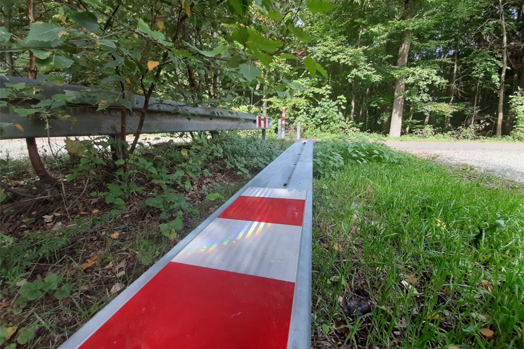Die erst vor wenigen Wochen installierte Leitplanke wurde ebenfalls herausgerissen und am Rande des Parkplatzes abgelegt.